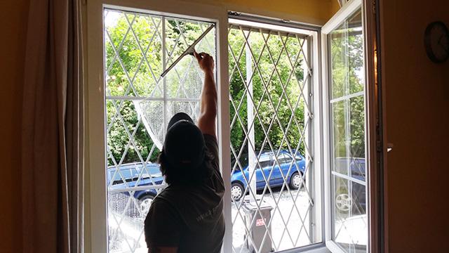Umývání oken, výloh, prosklených ploch také ve výškách