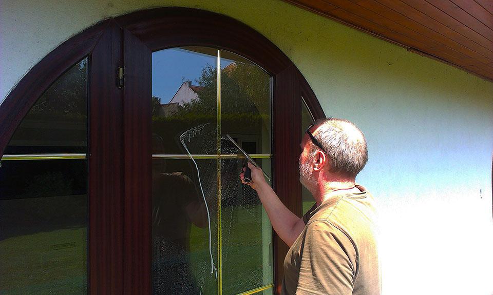 Mytí výloh, oken a výškové mytí skleněných ploch