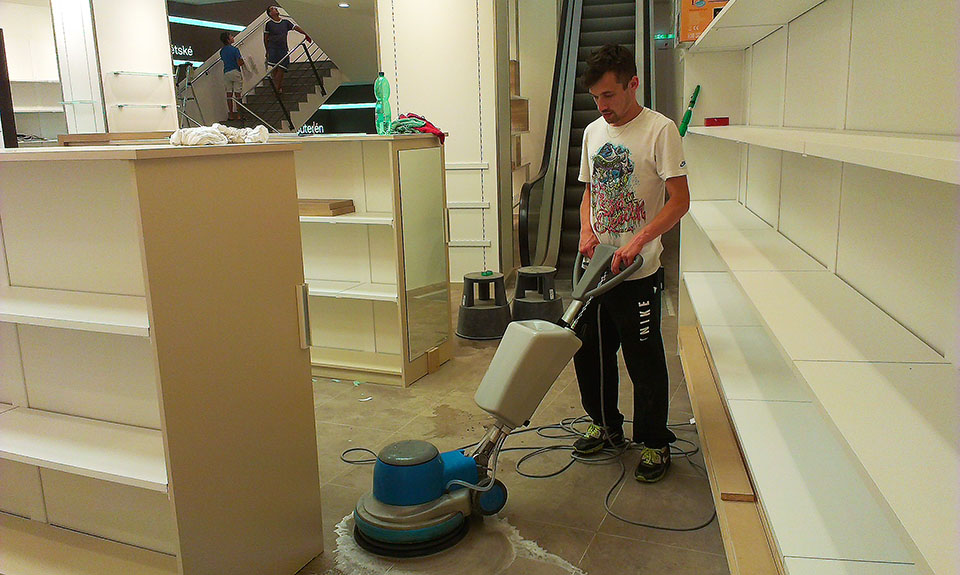 Čištění a voskování podlah kotoučovými stroji