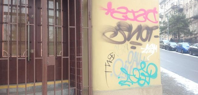 Tagy na fasádě domu v Brně